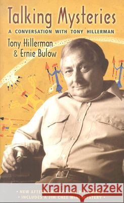 Talking Mysteries : A Conversation with Tony Hillerman Tony Hillerman Ernie Bulow Ernest Franklin 9780826335111 University of New Mexico Press
